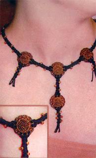 Плетение колье, украшенного пуговицами, техникой макраме