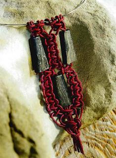 Колье из кожаного шнура и деревянных бусин