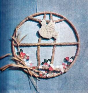 декоративное украшение на стену, сплетенное в макраме.