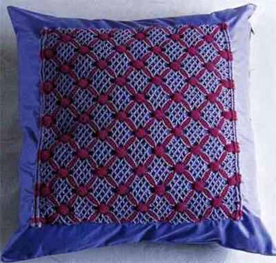 Диванная подушка с помощью макраме