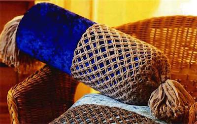 Отделка диванного валика с помощью макраме